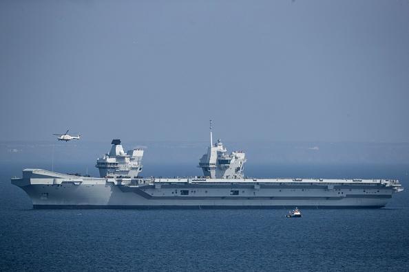 英國最新最強大的航母HMS女王伊利沙伯號正前往美國,準備跟F-35戰鬥機首次共同訓練。(Matt Cardy/Getty Images)
