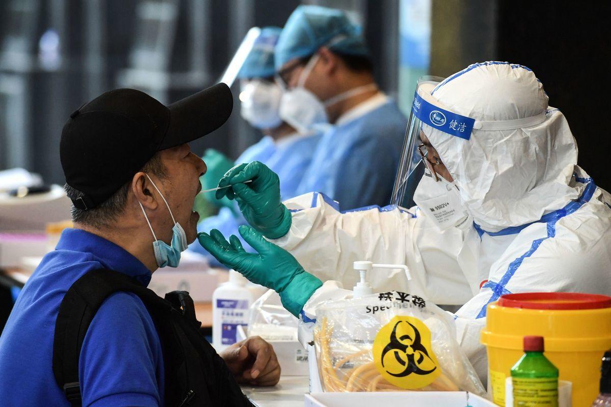 2020年6月15日,北京,一名男子正在接受中共病毒採檢。(STR/AFP via Getty Images)