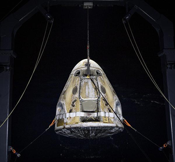 2021年5月2日,在佛羅里達州巴拿馬城的墨西哥灣海岸邊,SpaceX的龍飛船「堅韌號」(Resilience)成功將四名太空人從國際太空站送回地球。(Bill Ingalls/NASA via Getty Images)