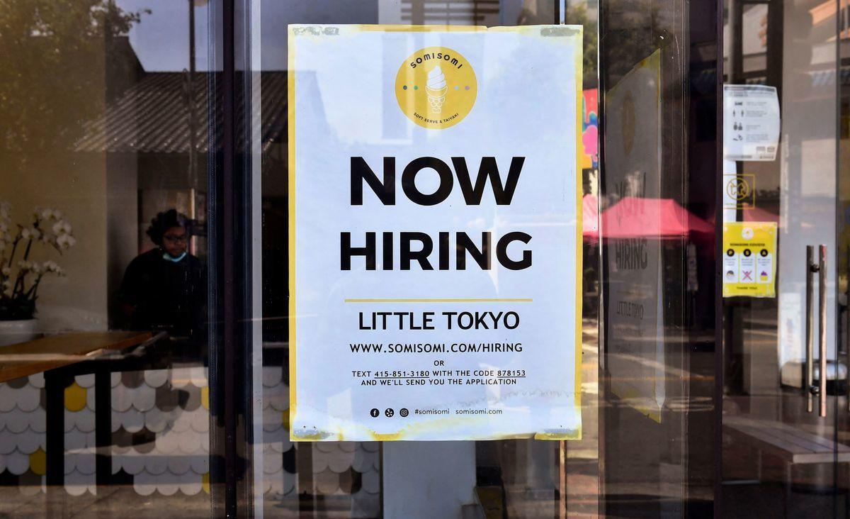 2021年5月28日,美國加州洛杉磯的一家冰淇淋店前貼出了「現在招聘」的標誌。(FREDERIC J. BROWN/AFP via Getty Images)