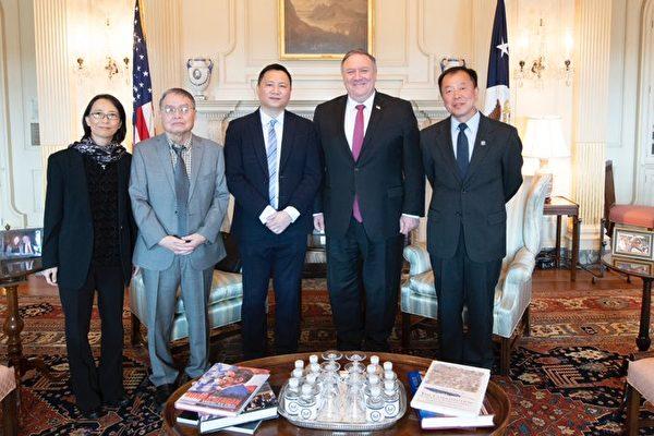 2020年6月2日,時任美國國務卿蓬佩奧接見「六四」事件倖存者,從左到右分別是李蘭菊、蘇曉康、王丹、蓬佩奧和李恆青。(蓬佩奧官方認證推特帳號)