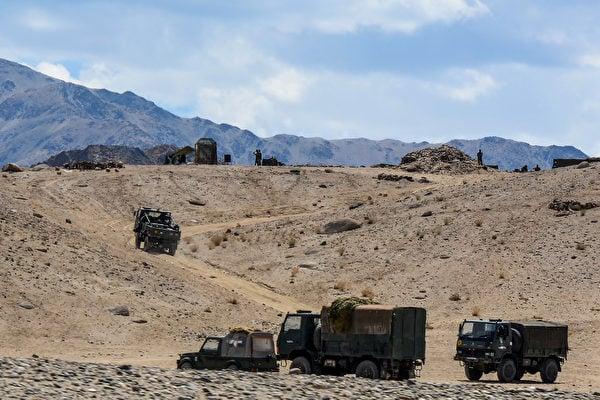 2020年7月4日,印度軍車沿著印中邊境的山路行進。(Mohd Arhaan ARCHER/AFP)