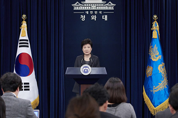 南韓總統朴槿惠於4日上午對南韓國民發表講話,除了針對閨蜜崔順實幹政風波再次致歉外,稱必要時願接受檢方甚至特檢的調查。(南韓青瓦台提供)