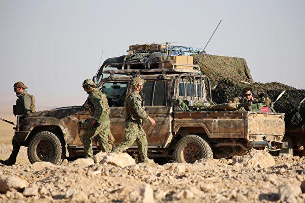 2016年11月25日,一名駐敘利亞的美國士兵在感恩節這天遭炸彈攻擊殉職,美國國防部長及行動指揮官皆發表聲明致哀。本圖為駐敘利亞協助打擊伊斯蘭國組織的西方聯軍。(DELIL SOULEIMAN/AFP/Getty Images)