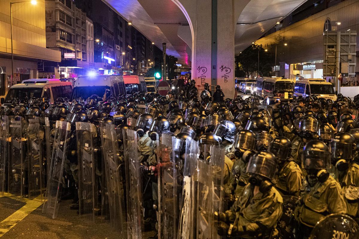7月28日,港人在中聯辦附近與警察發生對峙,其後警察頻繁發射橡膠子彈及催淚彈清場。(余鋼/大紀元)