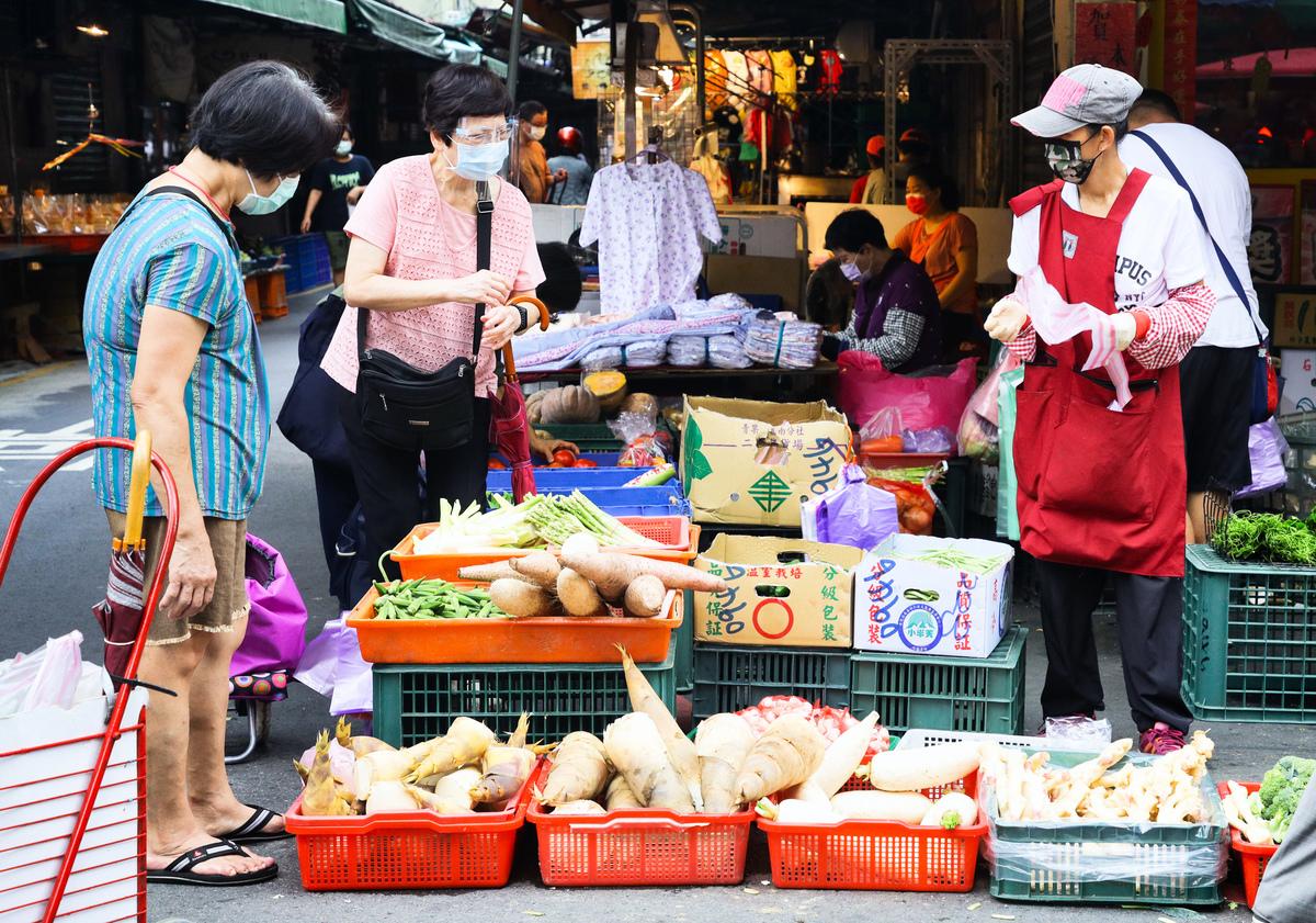 行政院主計總處7日公佈6月消費者物價指數(CPI)年 增率為1.89%,回到2%以下水準。圖為民眾赴市場採買。(中央社)