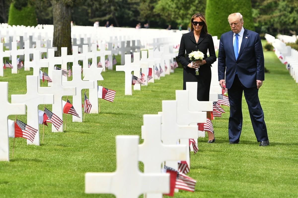 美國總統特朗普與第一夫人6月6日在法國諾曼底。(MANDEL NGAN/AFP/Getty Images)
