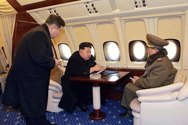 南韓國會外交統一委新世界黨籍議員尹相現12日發佈資料顯示,金正恩掌權四年以來,北韓奢侈品進口額接近27億美元。圖為金正恩與北韓官員在專機內。(KCNA/AFP)