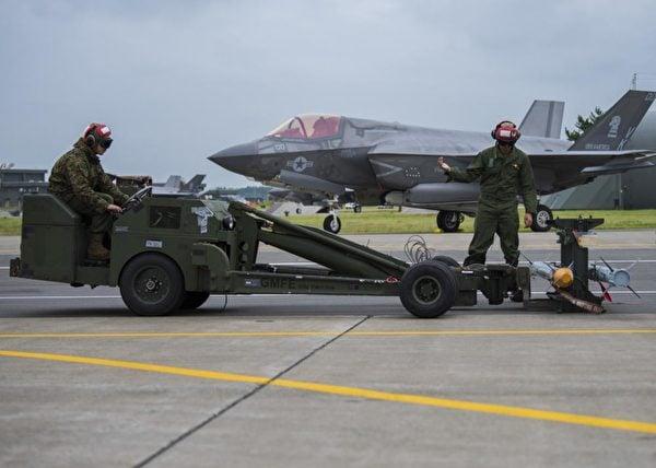 2021年8月30日,美國海軍陸戰隊第121攻擊中隊在日本的三澤基地將導彈裝載到F-35B Lightning II戰鬥機上。(美國印太司令部推特)