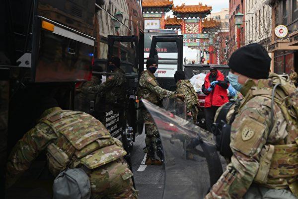1月19日,華府大街小巷佈滿了國民警衛隊士兵,比行人還多。 (ANGELA WEISS/AFP via Getty Images)