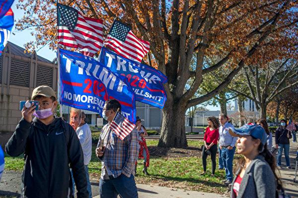 11月7日中午,上百特朗普總統的支持者在首府春頓市舉行「停止竊選」集會。(魚之樂/大紀元)