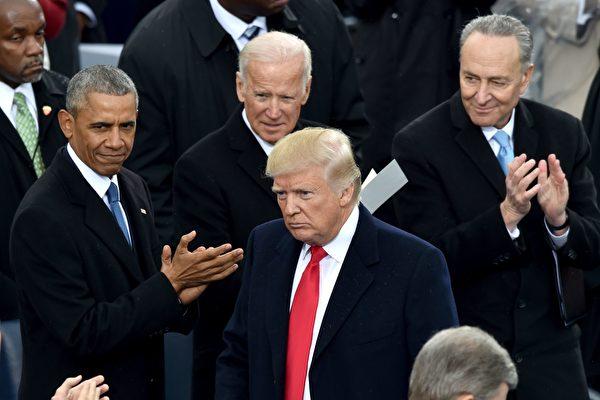 2017年1月,特朗普在國會山參加總統就職儀式,前任總統奧巴馬和副總統拜登表示祝賀。(PAUL J. RICHARDS/AFP via Getty Images)