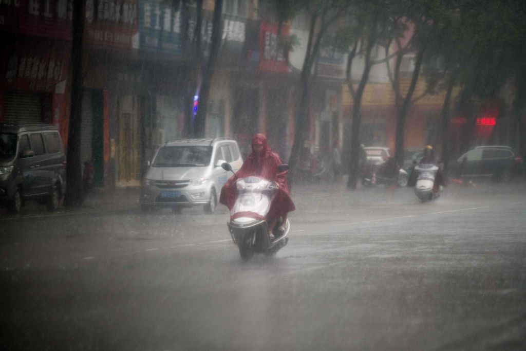 中國南方這個冬季遭遇「百年一遇」的持續陰雨天。同時催生了一系列「雨天經濟」現象。 ( NICOLAS ASFOURI/AFP/Getty Images)