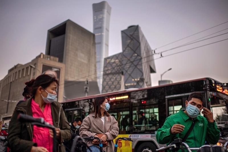 北京近期出現疫情,圖為2020年10月21日北京高峰時期的上班族。(NICOLAS ASFOURI/AFP via Getty Images)