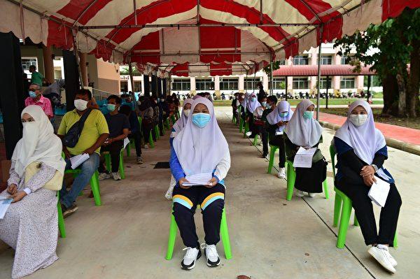 2021年7月9日,泰國拉差那卡琳大學的學生等待接種阿斯利康疫苗。(MADAREE TOHLALA/AFP via Getty Images)