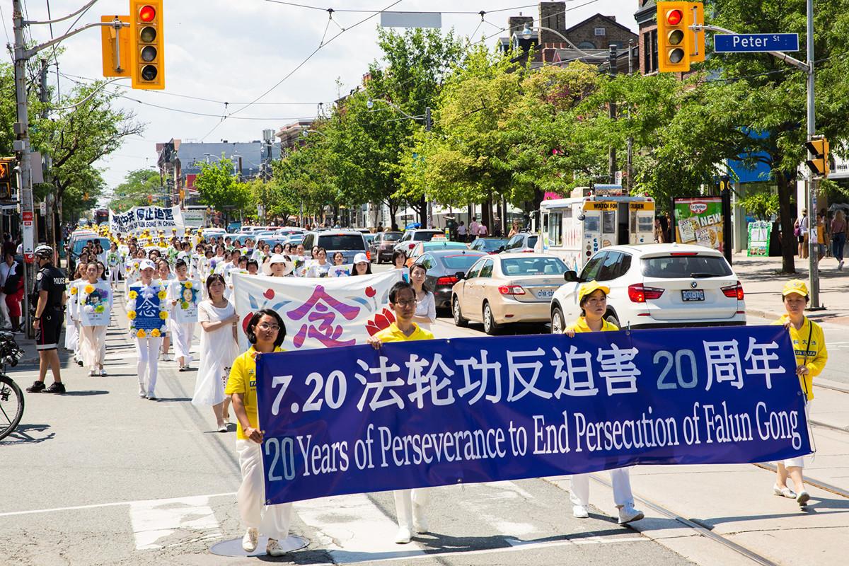 7月20日,加拿大東部法輪功學員彙集多倫多市中心,舉行盛大遊行,紀念反迫害20周,呼籲中共停止對法輪功修團體的迫害。(艾文/大紀元)