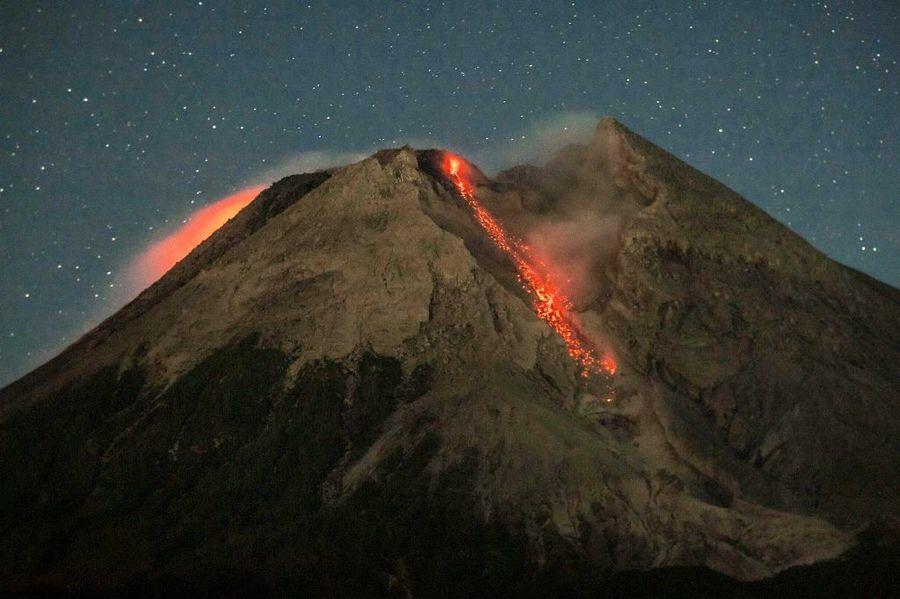 印尼梅拉比火山再度噴發 11年前奪347命