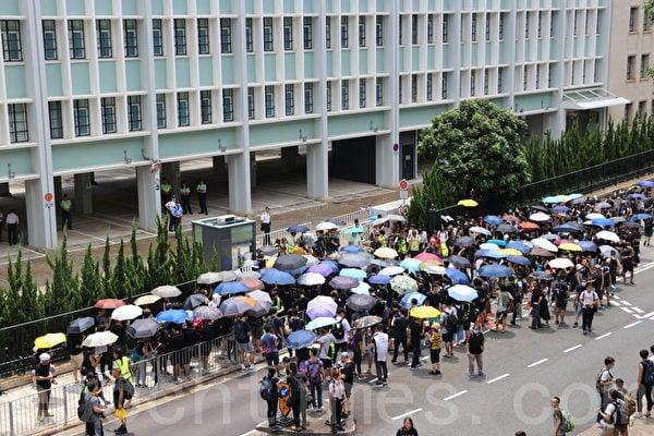 6月27日,數百名港人包圍律政中心,要求鄭若驊撤回:修訂《逃犯條例》及對6‧12抗議的暴動定性。(蔡雯文/大紀元)