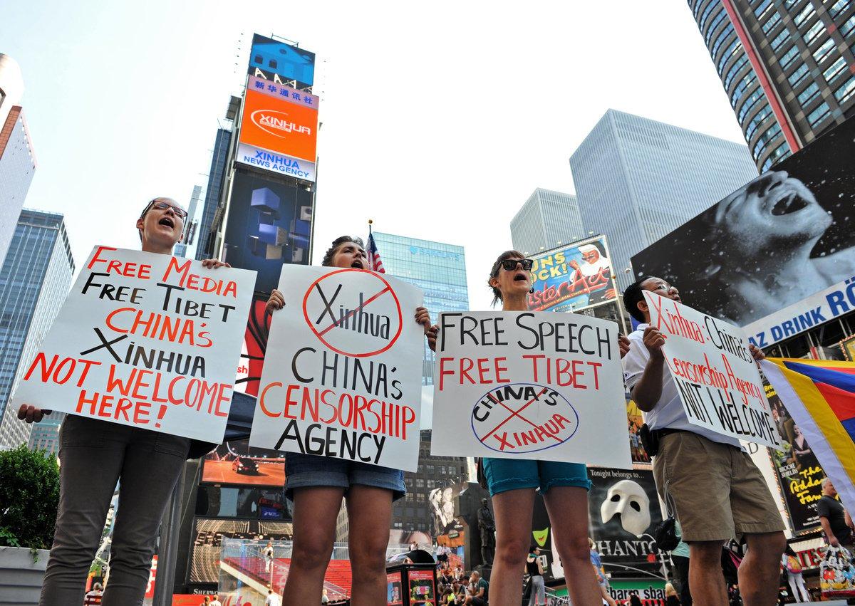 中共每年耗資鉅額影響海外媒體,進行美化中共的宣傳。圖為藏族學生抗議中共喉舌「新華社」在紐約時代廣場租用一塊電子大看板。 (Stan Honda/Getty Images)