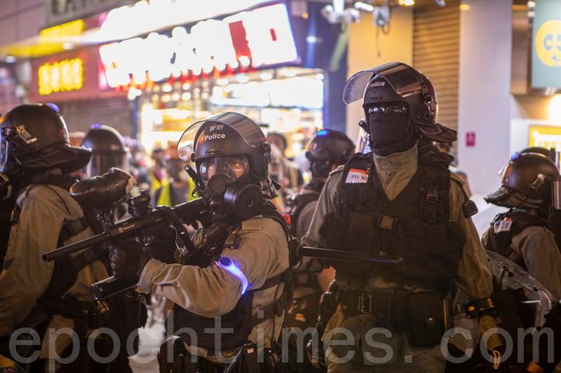 2019年10月27日,港民發起「追究警暴,連繫穆斯林,守護民眾,與記者同行」尖沙咀集會活動。圖為警察在旺角清場。(余鋼/大紀元)