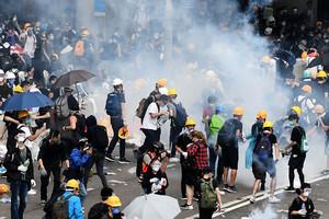 組圖2:港警6‧12鎮壓 雨傘抵抗催淚彈
