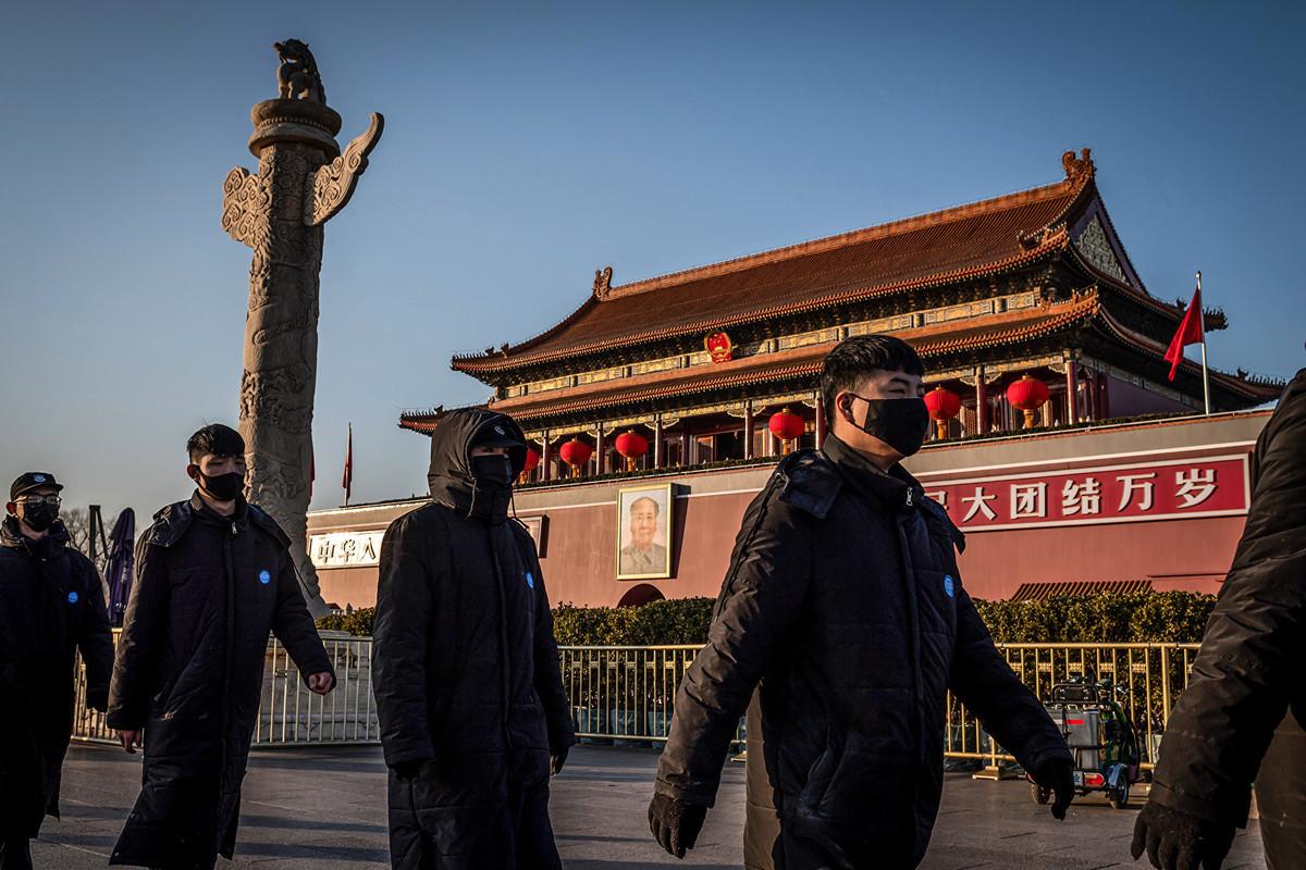 根據一份最新民調,絕大多數美國人認為北京應承擔中共病毒疫情失控的責任,並認為華盛頓應採取更強硬的對華政策。圖為2020年1月23日,戴著口罩的公安在天安門廣場。(NICOLAS ASFOURI/AFP)