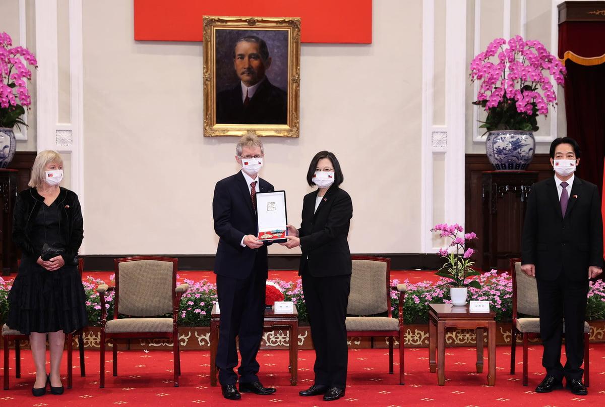 總統蔡英文(右2)3日由副總統賴清德(右)陪同,在總統府追贈已故捷克前議長柯佳洛「特種大綬卿雲勳章 」,由捷克參議院議長維特齊(左2)代表接受。(中央社)