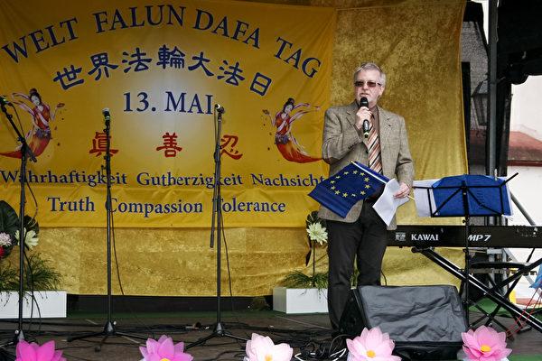 2019年5月11日,戛勒先生在法輪功學員在法蘭克福慶祝世界法輪大法日的活動現場祝賀發言。(曹工/大紀元)