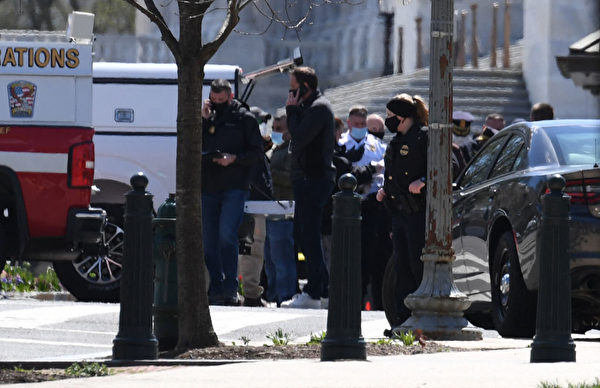 2021年4月2日,兩名警察在美國國會大廈附近被一輛車撞傷,其中一人傷重不治。疑犯被警方擊中,在醫院身亡。警察封鎖了美國國會大廈附近的街道。(ERIC BARADAT/AFP via Getty Images)