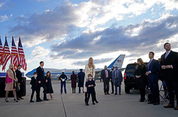 美國總統唐納德·特朗普和第一夫人梅拉尼亞於2021年1月20日離開華盛頓特區白宮。(ALEX EDELMAN/AFP via Getty Images)