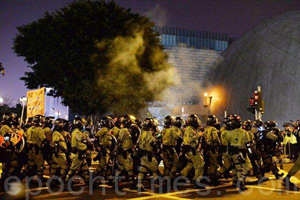 2019年12月24日晚,香港防暴警察在梳士巴利道放催淚彈。(宋碧龍/大紀元)