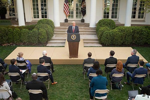 圖為2020年3月29日,特朗普總統在華盛頓特區白宮玫瑰花園舉行的中共病毒特別工作組新聞發佈會上講話宣佈,全國社會疏離準則延長至4月30日。(Photo by JIM WATSON / AFP)