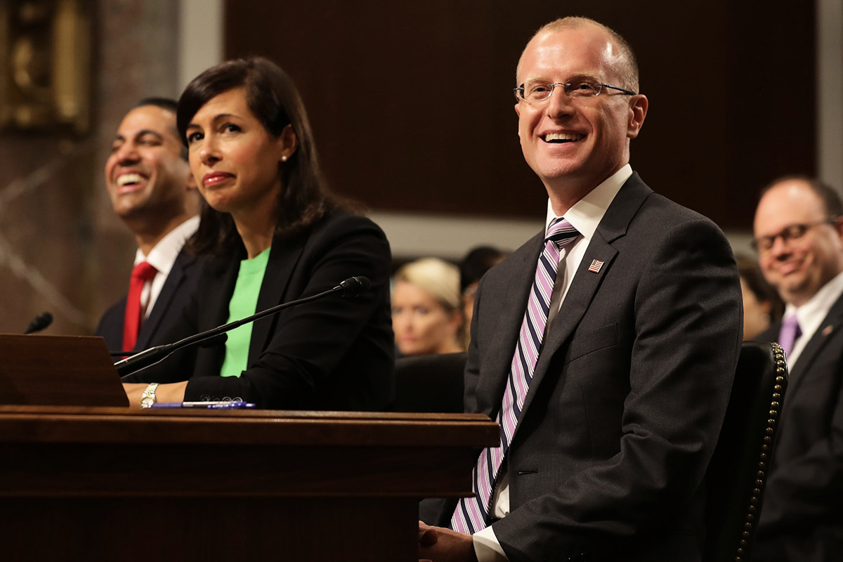 美國聯邦通訊委員會(FCC)委員布倫丹·卡爾(Brendan Carr,圖右一)出席國會聽證,卡爾最近經常挑戰中共外交部的虛假宣傳。(Chip Somodevilla/Getty Images)