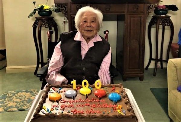 圖:華裔老人陳美荷,2020年1月開心度過百歲生日。(李文淨/大紀元)