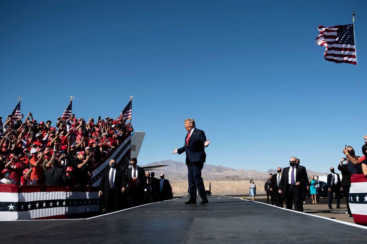 2020年10月28日,美國亞利桑那州布爾黑德市(Bullhead City),總統特朗普抵達勞克林-布爾黑德國際機場,並即將在此舉行競選集會。(BRENDAN SMIALOWSKI/AFP via Getty Images)