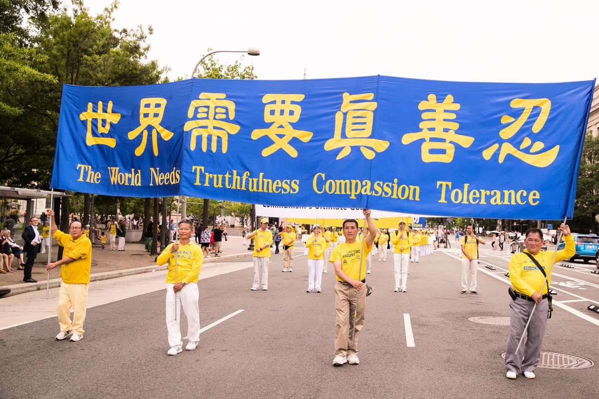 今年7月20日是法輪功學員反對中共迫害20周年。圖為2018年6月20日,全球部份法輪功學員聚集在美國首府華盛頓DC,舉行反迫害集會遊行。(戴兵/大紀元)