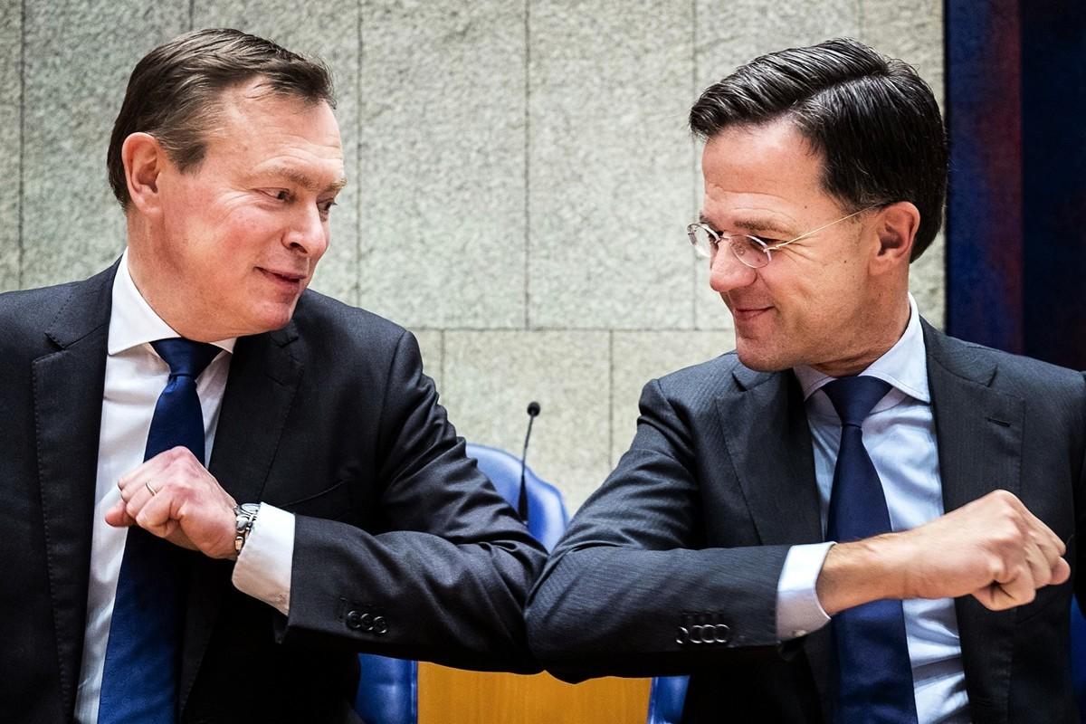 2020年3月10日,荷蘭首相馬克.魯特(Mark Rutte)(右)向荷蘭醫療部大臣布魯諾.布魯因(Bruno Bruins)碰肘致意。中共肺炎疫情籠罩全球,這是人們防疫舉措之一。(Remko DE WAAL / ANP / AFP)