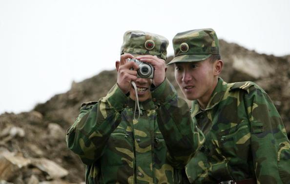中印邊界堆拉山口(Nathu La)的中國士兵(DIPTENDU DUTTA/AFP/Getty Images)