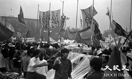 北京學生們遊行,向天安門廣場匯聚。1989年「六四」期間,北京學生抗議中共打壓,反腐敗要民主,發起絕食,得到廣大民眾的支持。(Jian Liu提供)