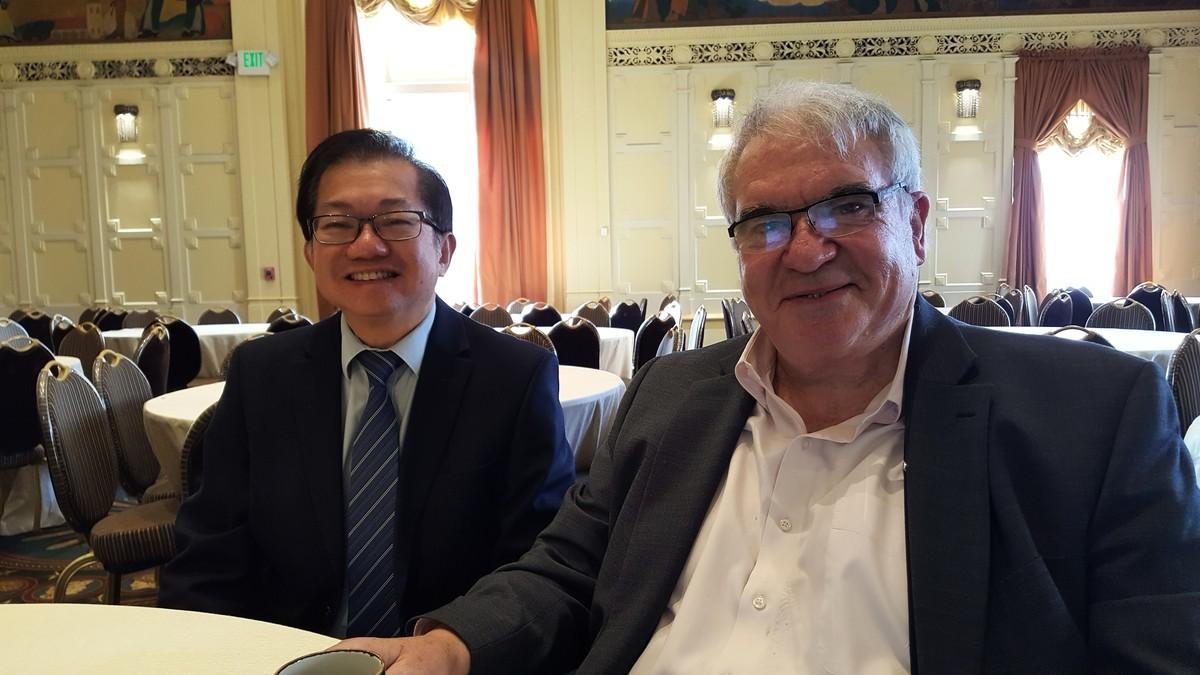 平等公義協會主席李少敏(左),與加州緝毒警察協會立法顧問約翰·洛威爾(右)。(平等公義協會提供)