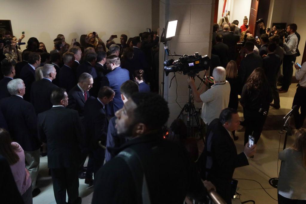 美國國會眾議院共和黨人23日衝入總統彈劾閉門會議,呼籲調查公開透明。(Alex Wong/Getty Images)