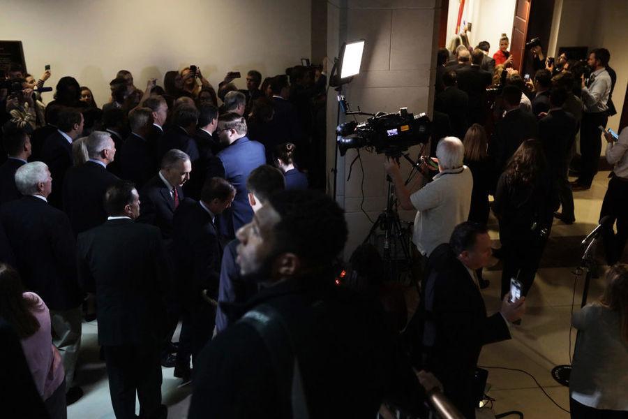 美眾院彈劾僵局 30共和黨議員闖入聽證會