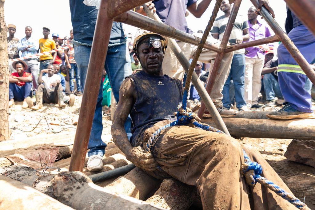 圖為一名津巴布韋礦工。(Jekesai NJIKIZANA/AFP)