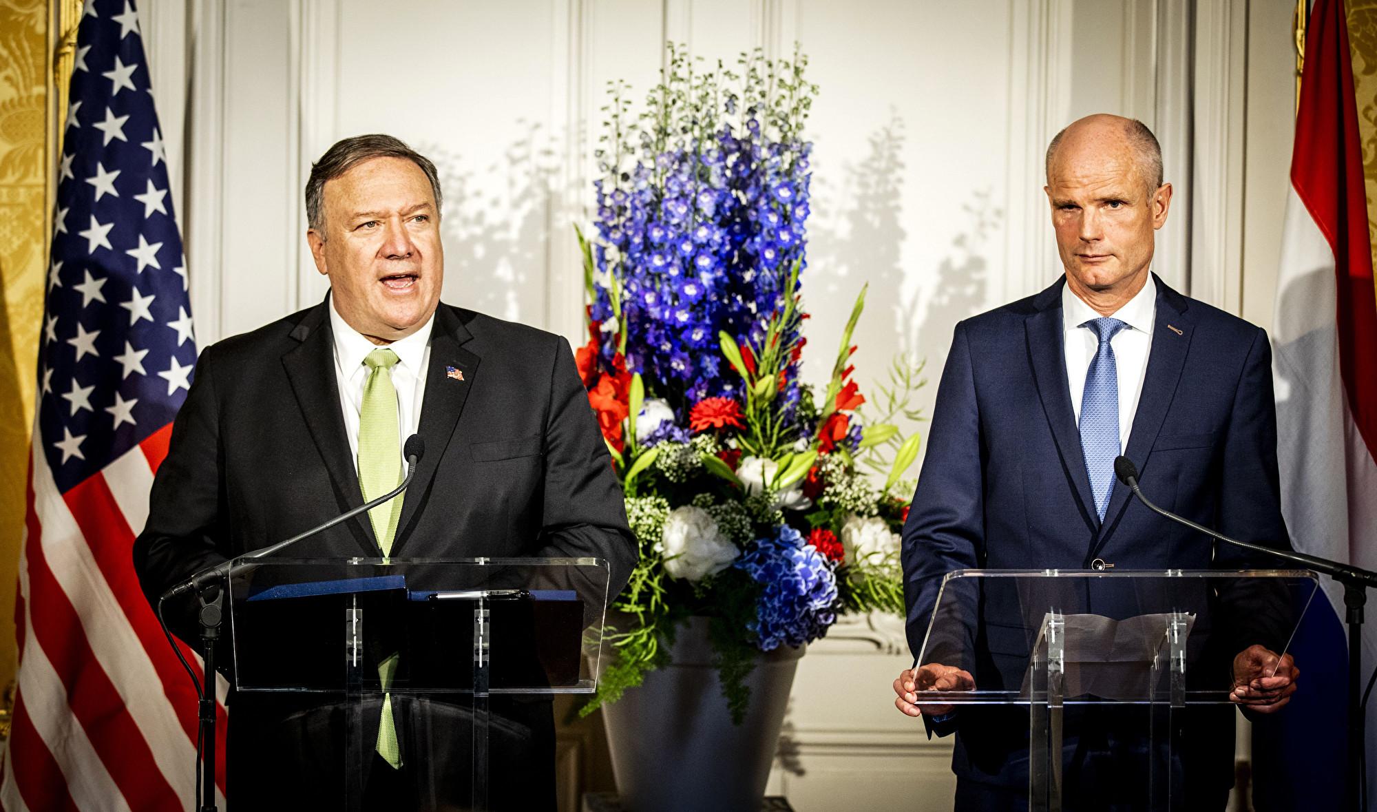 美國國務卿邁克・蓬佩奧(Mike Pompeo)表示,華盛頓正在應對北京數十年來的不公平貿易,㝷求「公平競爭」的經貿環境。圖為蓬佩奧6月3日與荷蘭外交部長史戴夫‧布洛克(Stef Blok,圖右)舉行聯合新聞發佈會。(Remko de Waal/ANP/AFP)