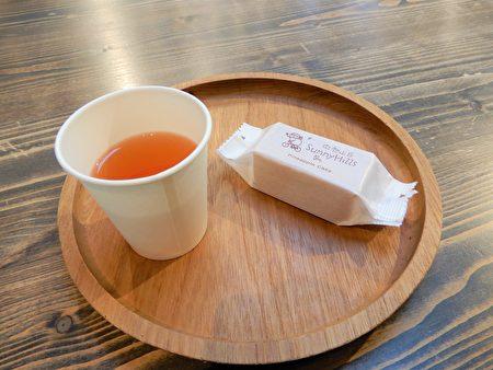 微熱山丘以「奉茶」精神問市,靠「一顆完整鳳梨酥、一杯好茶」免費吃,打響八卦山上土鳳梨酥的名號。(黃玉燕/大紀元)