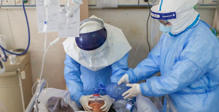 中共肺炎(武漢肺炎)患者出現隱形缺氧,血氧在無明顯症狀的情況下降到危險值。圖為醫生治療病人。(STR/AFP via Getty Images)