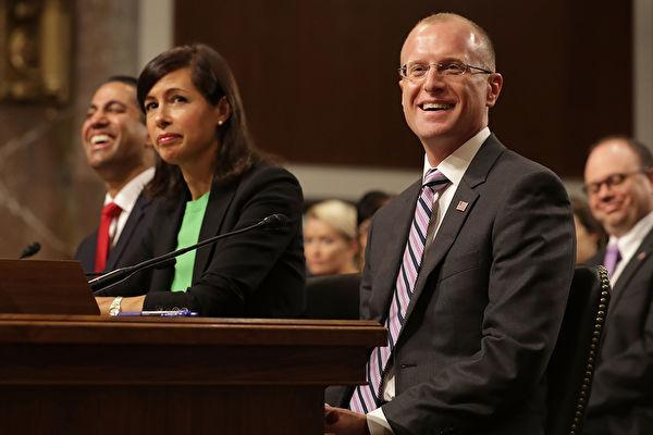 圖為美國聯邦通信委員會主席Ajit Pai(左)、委員Jessica Rosenworcel(中)和Brendan Carr(右)於2017年7月19日在國會山參加聽證會。(Chip Somodevilla/Getty Images)