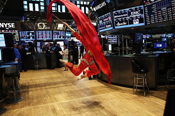 一家中企準備在紐約交易所上市前,聘請中國舞蹈演員到場助興。(Spencer Platt/Getty Images)