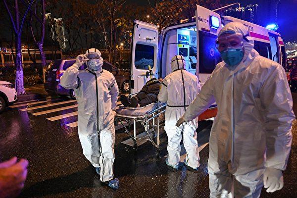 湖北宜昌市一小區發生跳樓事件,湖北抗疫一線男醫生帶著自己6歲兒子跳樓身亡,圖為湖北疫情一線醫生。(HECTOR RETAMAL/AFP via Getty Images)