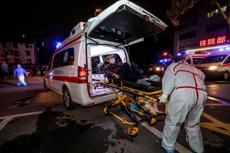2020年3月3日,中共肺炎患者等待從武漢市第五醫院轉移到雷神山醫院。(STR/AFP via Getty Images)